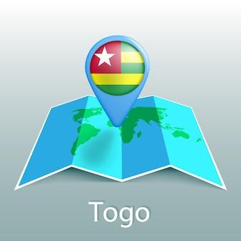 Mappa del mondo di bandiera del togo nel pin con il nome del paese su sfondo grigio