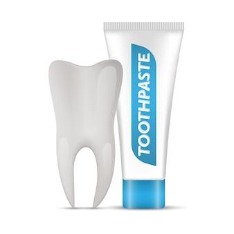 Dente e dentifricio isolato su sfondo bianco, pubblicità di dentifricio sbiancante