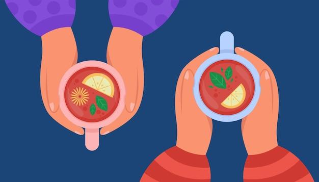 Vista dall'alto delle mani che tengono tazze di bevanda al limone. illustrazione piatta