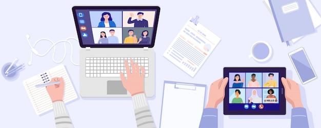 Vista dall'alto di due persone che hanno videoconferenza su tablet e notebook con i suoi amici a casa. vettore