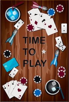 Vista dall'alto di un tavolo in legno con oggetti per giochi d'azzardo e giochi sportivi