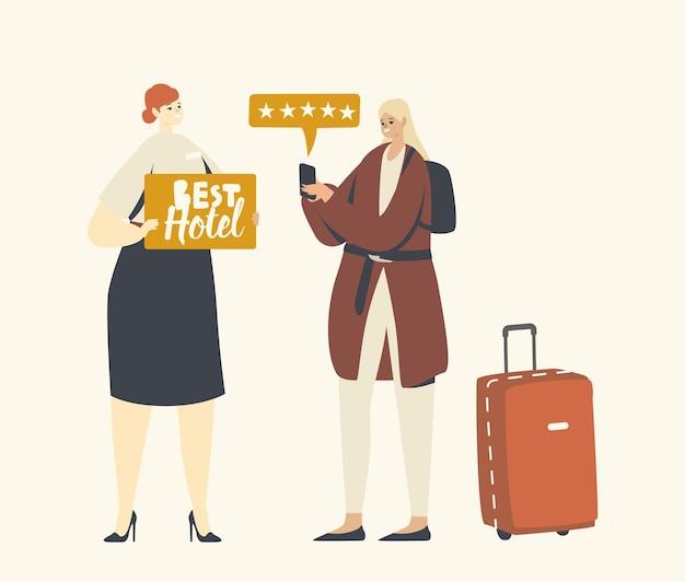 Il personaggio femminile turistico valuta l'hotel di lusso utilizzando l'applicazione del telefono cellulare metti cinque stelle. l'addetto alla reception invita il viaggiatore con lo striscione in mano