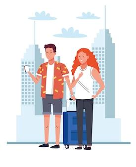 Coppia di turisti in piedi con la valigia e lo smartphone sui personaggi della città