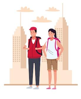 I turisti si accoppiano con le borse da viaggio sui personaggi della città