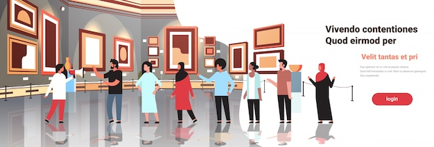 Turisti all'interno della galleria d'arte moderna museo interno alla ricerca di dipinti contemporanei creativi opere d'arte o mostre che incontrano visitatori