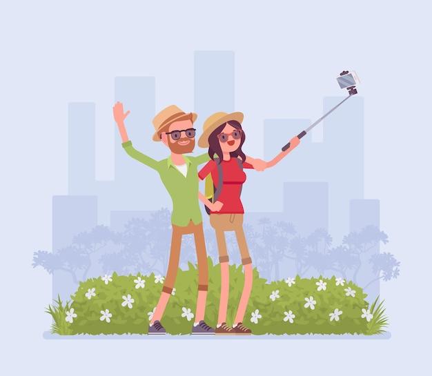 Turisti che prendono selfie