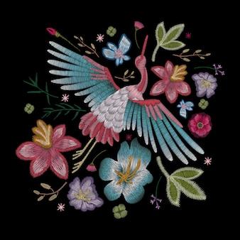 Ricamo floreale elegante alla moda folk tradizionale su sfondo nero