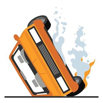 Incidente stradale, auto capovolta nel fuoco. veicolo danneggiato, incidente pericoloso in autostrada. trasporto con fumo, rischio di esplosione. automobile schiantata con vettore di parti distrutte in appartamento