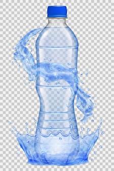 Corona d'acqua trasparente e spruzzi d'acqua intorno a una bottiglia di plastica trasparente con tappo blu.
