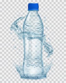 Corona d'acqua trasparente e spruzzi d'acqua in colori grigi attorno a una bottiglia di plastica trasparente grigia con tappo blu