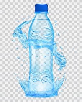 Corona d'acqua trasparente e spruzzi d'acqua in colori azzurri attorno a una bottiglia di plastica trasparente azzurra con tappo blu, riempita con acqua minerale