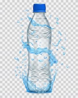 Spruzzi d'acqua trasparenti in colori azzurri intorno a una bottiglia di plastica grigia con acqua minerale