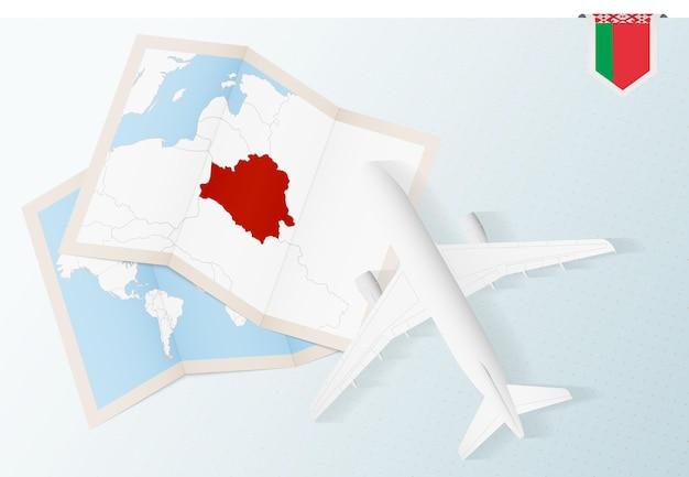 Viaggio in bielorussia, aereo vista dall'alto con mappa e bandiera della bielorussia.