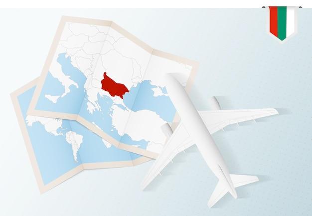 Viaggio in bulgaria, aereo vista dall'alto con mappa e bandiera della bulgaria.