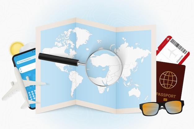Destinazione di viaggio modello turistico di cipro con attrezzatura da viaggio e mappa del mondo