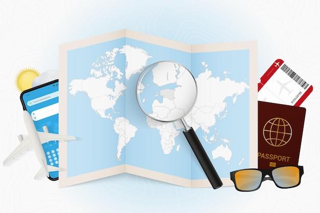 Destinazione di viaggio modello turistico dell'estonia con attrezzatura da viaggio e mappa del mondo