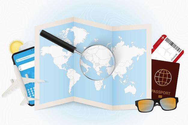 Destinazione di viaggio macedonia turismo mockup con attrezzatura da viaggio e mappa del mondo