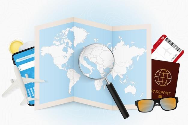 Destinazione di viaggio montenegro turismo mockup con attrezzatura da viaggio e mappa del mondo