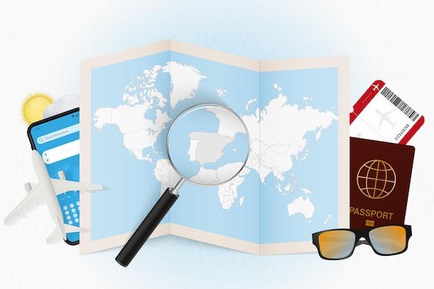 Destinazione di viaggio modello turistico in spagna con attrezzatura da viaggio e mappa del mondo
