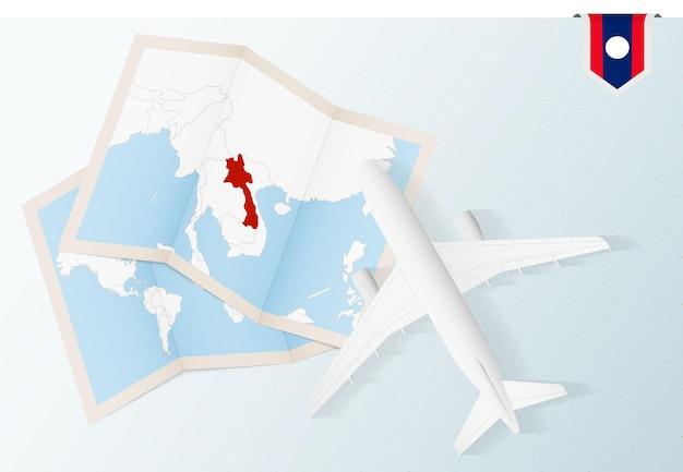 Viaggio in laos, aereo vista dall'alto con mappa e bandiera del laos.