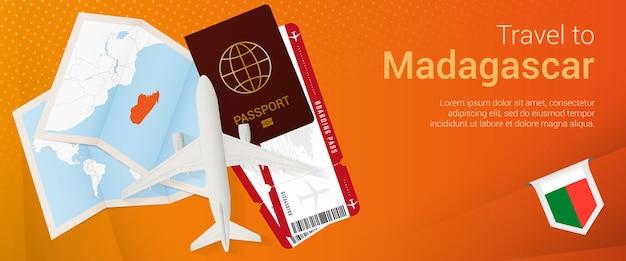 Viaggio in madagascar pop-under banner. banner di viaggio con passaporto, biglietti, aereo, carta d'imbarco, mappa e bandiera del madagascar.