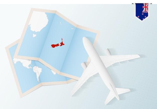 Viaggio in nuova zelanda, aereo vista dall'alto con mappa e bandiera della nuova zelanda.