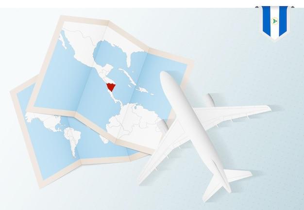 Viaggio in nicaragua, aereo vista dall'alto con mappa e bandiera del nicaragua.
