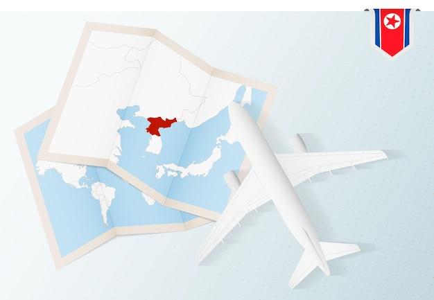 Viaggio in corea del nord, aereo vista dall'alto con mappa e bandiera della corea del nord.