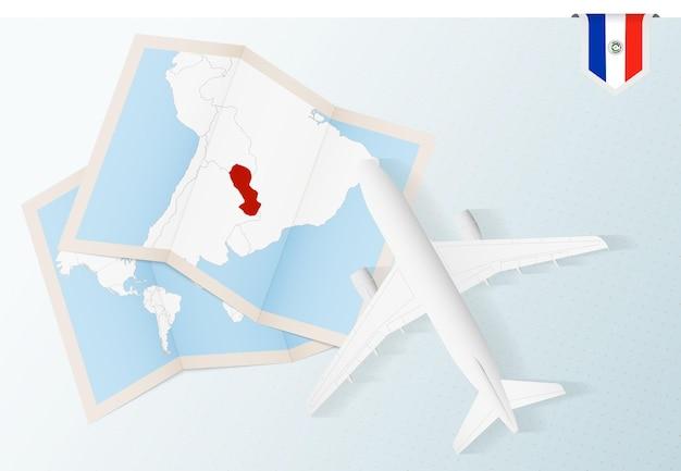 Viaggio in paraguay, aereo vista dall'alto con mappa e bandiera del paraguay.