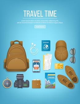 Pianificazione del viaggio, lista di controllo dell'imballaggio. bagaglio, biglietto aereo, passaporto, portafoglio, guida, macchina fotografica, bussola, cuffie. vista dall'alto
