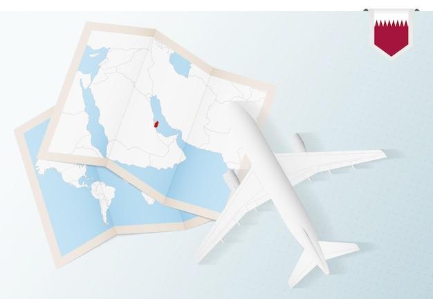 Viaggio in qatar, aereo vista dall'alto con mappa e bandiera del qatar.