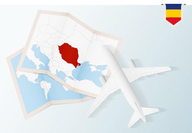 Viaggio in romania, aereo vista dall'alto con mappa e bandiera della romania.