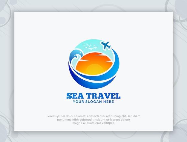 Design del logo del mare del sole di viaggio