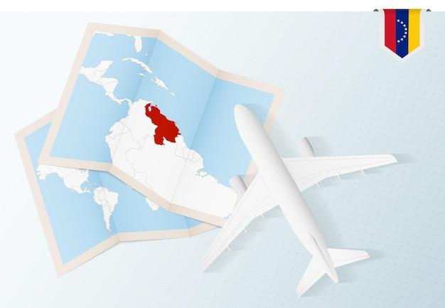 Viaggio in venezuela, aereo vista dall'alto con mappa e bandiera del venezuela.