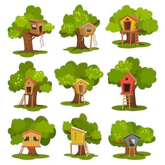 Le case sugli alberi hanno messo, capanne di legno sugli alberi verdi per attività all'aperto e le illustrazioni di ricreazione dei bambini su un fondo bianco