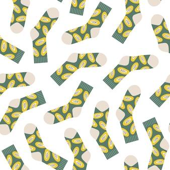 Modello senza cuciture minimale alla moda di calzini colorati ed eleganti con frutta di papaya