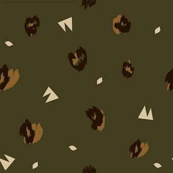 Modello safari senza cuciture alla moda nei toni naturali del verde e del marrone, forme astratte di foglie tropicali