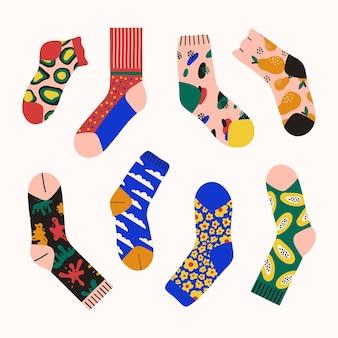 Set alla moda di calzini luminosi colorati isolati su sfondo bianco calzini con motivi astratti
