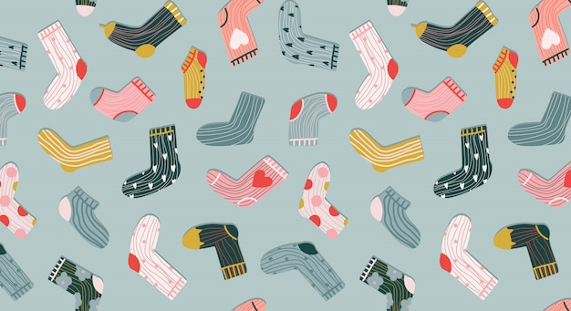 Modello senza cuciture calzini alla moda. accoglienti calzini disegnati a mano in stile cartone animato su uno sfondo verde pastello. varietà di calze divertenti. design moderno per articoli di cartoleria, tessile e web. abbigliamento alla moda.