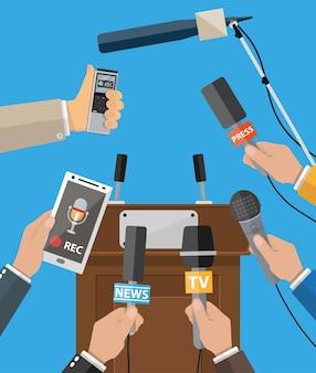 Tribuna e mani di giornalisti con microfoni e registratori vocali digitali