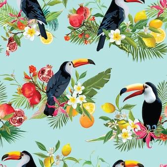 Fondo senza cuciture di frutti tropicali, fiori e uccelli tucano. motivo estivo retrò