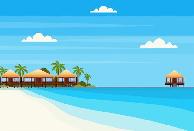 Isola tropicale con villa bungalow hotel sulla spiaggia mare palme verdi paesaggio piatto vacanze estive