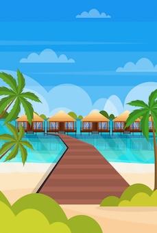 Isola tropicale percorso in legno villa bungalow hotel sulla spiaggia mare palme verdi vista sul mare vacanze estive pianeggiante