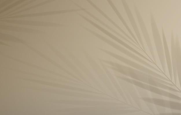 Ombra di foglia di palma tropicale su sfondo pastello chiaro.
