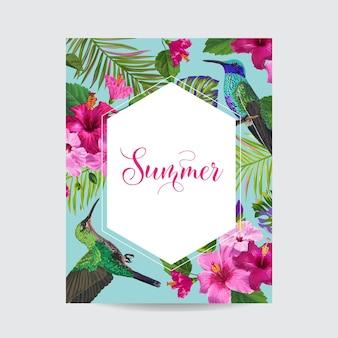 Poster floreale estate tropicale con colibrì. biglietto estivo con fiori di ibisco e uccelli. banner di vendita con foglie di palma e cornice dorata. illustrazione vettoriale