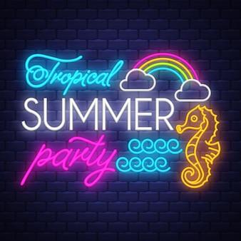 Iscrizione del segno al neon di estate tropicale del partito
