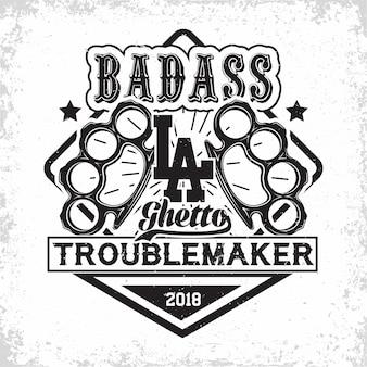 Emblema dell'annata di troublemakers, timbro di stampa grunge di badass, su sfondo whie,