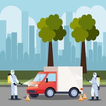 Servizio di disinfezione auto camion, prevenzione coronavirus, superfici pulite in auto con spray disinfettante, persone con tuta a rischio biologico