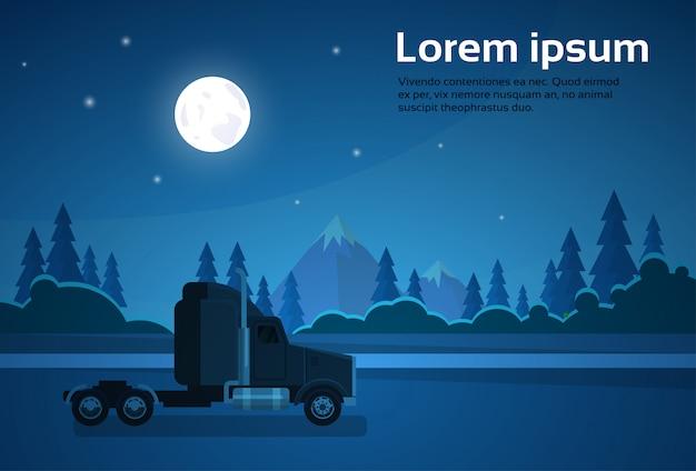 Cabina del rimorchio del camion a nght sulla strada sopra l'insegna del paesaggio delle montagne con lo spazio della copia