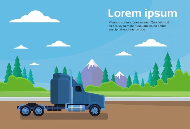 Cabina del rimorchio del camion sulla strada sopra l'insegna del paesaggio delle montagne con lo spazio della copia